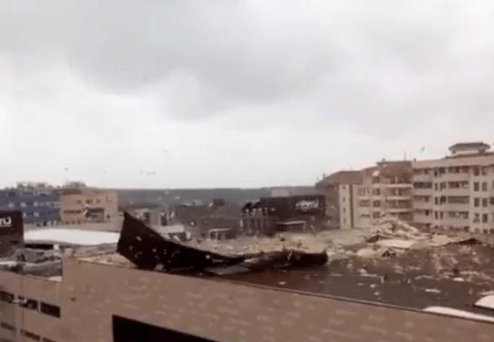 Una cubierta es levantada por la fuerza del viento en Cáceres